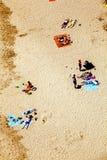 Playa con los turistas en verano Fotografía de archivo libre de regalías