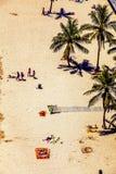 Playa con los turistas en verano Imagen de archivo