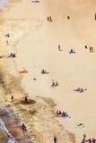 Playa con los turistas en verano Fotos de archivo libres de regalías