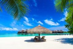 Playa con Maldivas imagen de archivo