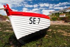 Playa con marea baja de Devon de la litera del barco de pesca Imágenes de archivo libres de regalías