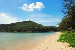 Playa con Mountain View Fotografía de archivo libre de regalías