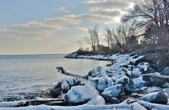 Playa congelada del lago Ontario de la línea de la playa Foto de archivo