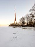 Playa congelada en día de inviernos frío con la torre de la TV en fondo Imagenes de archivo