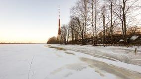 Playa congelada en día de inviernos frío con la torre de la TV en fondo Imagen de archivo