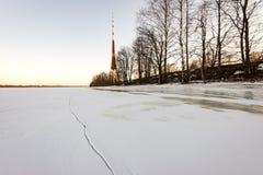 Playa congelada en día de inviernos frío con la torre de la TV en fondo Imágenes de archivo libres de regalías