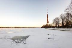 Playa congelada en día de inviernos frío con la torre de la TV en fondo Foto de archivo libre de regalías