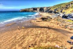 Playa Cornualles del filamento de Trebarwith cerca de Tintagel Inglaterra Reino Unido en el color brillante de HDR Imagen de archivo libre de regalías