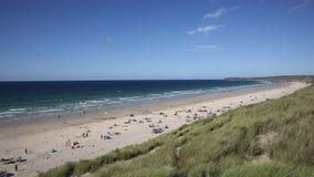 Playa Cornualles Reino Unido del St Ives Bay con la gente y cielo azul y mar metrajes