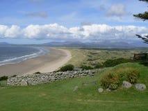 Playa costera de Exansive de un punto de visión de alto nivel Fotos de archivo libres de regalías