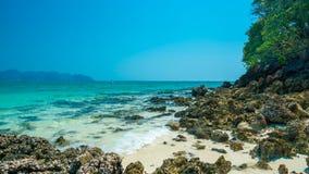Playa costera de la roca de la piedra del mar fotos de archivo
