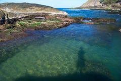 Playa cristalina del mar en Niteroi, el Brasil Fotos de archivo