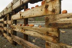 Playa de Aberiddy, restos de las defensas de mar, con artístico arran Imagenes de archivo