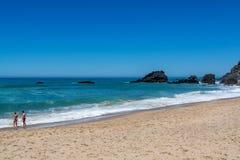 Playa de Adraga en Almocageme, Portugal Foto de archivo libre de regalías