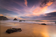 Playa de Adraga en la puesta del sol Imagenes de archivo