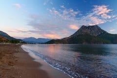 Playa de Adrasan en la salida del sol Turquía Imagen de archivo libre de regalías