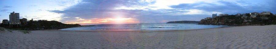 Playa de agua dulce en la salida del sol Foto de archivo libre de regalías