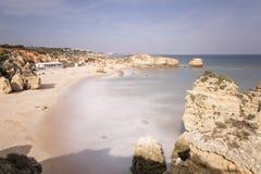 Playa de Albufeira con la arena y mar en Algarve Foto de archivo