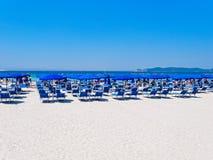 Playa de Alghero Opinión del mar, paraguas y ociosos del sol Cerdeña, Italia Imagen de archivo libre de regalías