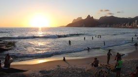 Playa de Arpoador en la puesta del sol almacen de video
