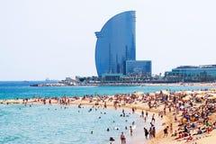 Playa de Barceloneta contra hotel de la vela imágenes de archivo libres de regalías
