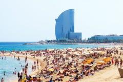 Playa de Barceloneta contra hotel de W Barcelona en verano imagen de archivo