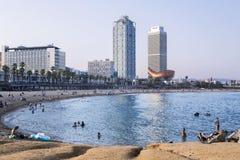 Playa de Barceloneta en luz del sol de la tarde Foto de archivo libre de regalías