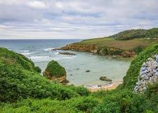 Playa de Berellin cerca de Prellezo, Cantabria, España septentrional imágenes de archivo libres de regalías