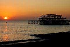 Playa de Brighton de la puesta del sol Foto de archivo libre de regalías