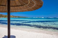 Playa de Cala Brandinchi con Isola Travolara en el fondo, las piedras rojas y el agua clara azul, Cerdeña, Italia Fotos de archivo libres de regalías