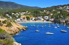 Playa de Cala Vedella en Sant Josep de Sa Talaia, en la isla de Ibiza, Foto de archivo libre de regalías
