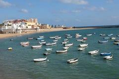Playa de Caleta y barcos de pesca en Cádiz, España Foto de archivo libre de regalías