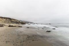 Playa de California con agua de falta de definición de movimiento en Malibu imagen de archivo libre de regalías
