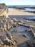 Playa de California con las ondas, los tidepools, agua de verde azul y las rocas en orilla Grande para los blogs del viaje, bande foto de archivo