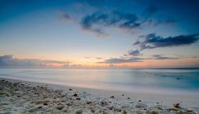 Playa de Cancun en la salida del sol Imágenes de archivo libres de regalías