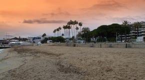 Playa de Cannes en la puesta del sol Foto de archivo libre de regalías