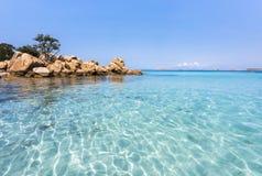 Playa de Capriccioli - pequeña isla idílica rodeada por el mar Mediterráneo increíble de la turquesa, Cerdeña, Italia Imagen de archivo libre de regalías