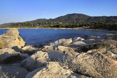 Playa de Caridi en Vourvourou (visión desde el cabo de piedra) Fotos de archivo libres de regalías