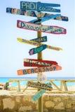 Playa de Cas Abao, Curaçao - 18 de marzo de 2019: postes indicadores en la playa foto de archivo libre de regalías