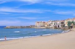 Playa de Cefalu en Sicilia Foto de archivo