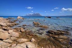 Playa de Cerdeña, Oporto Istana que hace frente a la isla de Tavolara Imagen de archivo libre de regalías