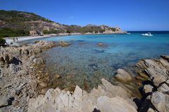 Playa de Cerdeña, Oporto Istana que hace frente a la isla de Tavolara Fotos de archivo libres de regalías