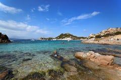 Playa de Cerdeña, Oporto Istana que hace frente a la isla de Tavolara Imágenes de archivo libres de regalías