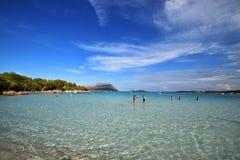 Playa de Cerdeña, Oporto Istana, situada enfrente de la isla de Tavolara Fotografía de archivo libre de regalías