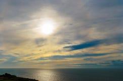 Playa de Chesil, Dorset, puesta del sol BRITÁNICA sobre el mar Imágenes de archivo libres de regalías
