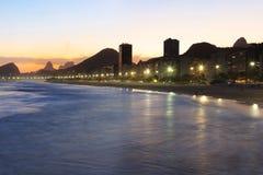 Playa de Copacabana, Corcovado, mar en la luz de la puesta del sol, Rio de Janeiro Fotos de archivo
