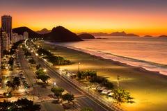 Playa de Copacabana en el amanecer Imagen de archivo libre de regalías