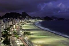 Playa de Copacabana en la puesta del sol fotografía de archivo
