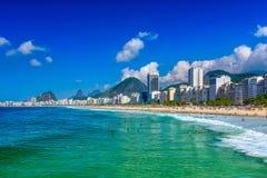 Playa de Copacabana en Rio de Janeiro, el Brasil fotografía de archivo libre de regalías