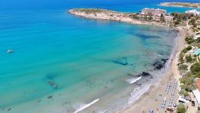 Playa de Coral Bay en la costa de Chipre, visi?n a?rea almacen de metraje de vídeo